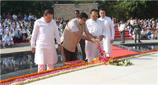 Union minister for surface transport and shipping Nitin Gadkari, paying floral tributes to founder editor of Lokmat Group and veteran freedom fighter Jawaharlal Darda alias Babuji at Prernasthal,  Yavatmal on Wednesday (25 Nov 2015), editor-in-chief of Lokmat Media Rajendra Darda, chairman of Editorial Board of Lokmat Media and Rajya Sabha member Vijay Darda and managing director of Lokmat Media Devendra Darda