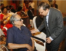 Rajendra Darda with noted cartoonist R K Laxman.