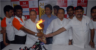 Rajendra Darda inaugurating Monnet Go for Gold Campaign. Also seen are hockey star Dhanraj Pillay, Sandeep Jajodia, Vijay Darda and minister Padmakar Walvi.