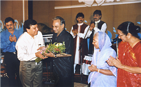 Kalasagar president Rajendra Darda felicitating Anandji Bhai of popular music director duo Kalyanji-Anandji at Aurangabad.